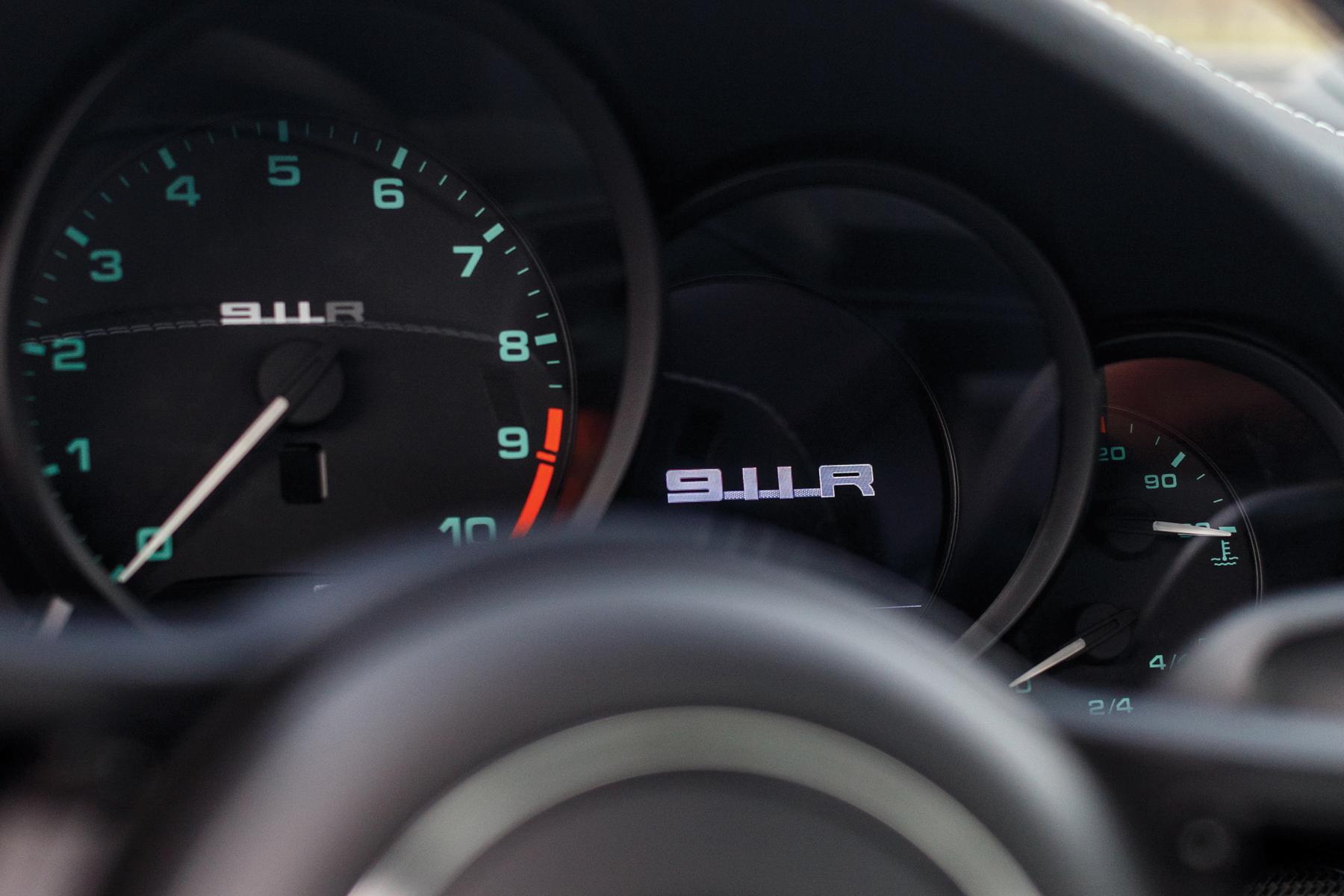 RM Sotheby's Retromobile - Porsche 911 R dials