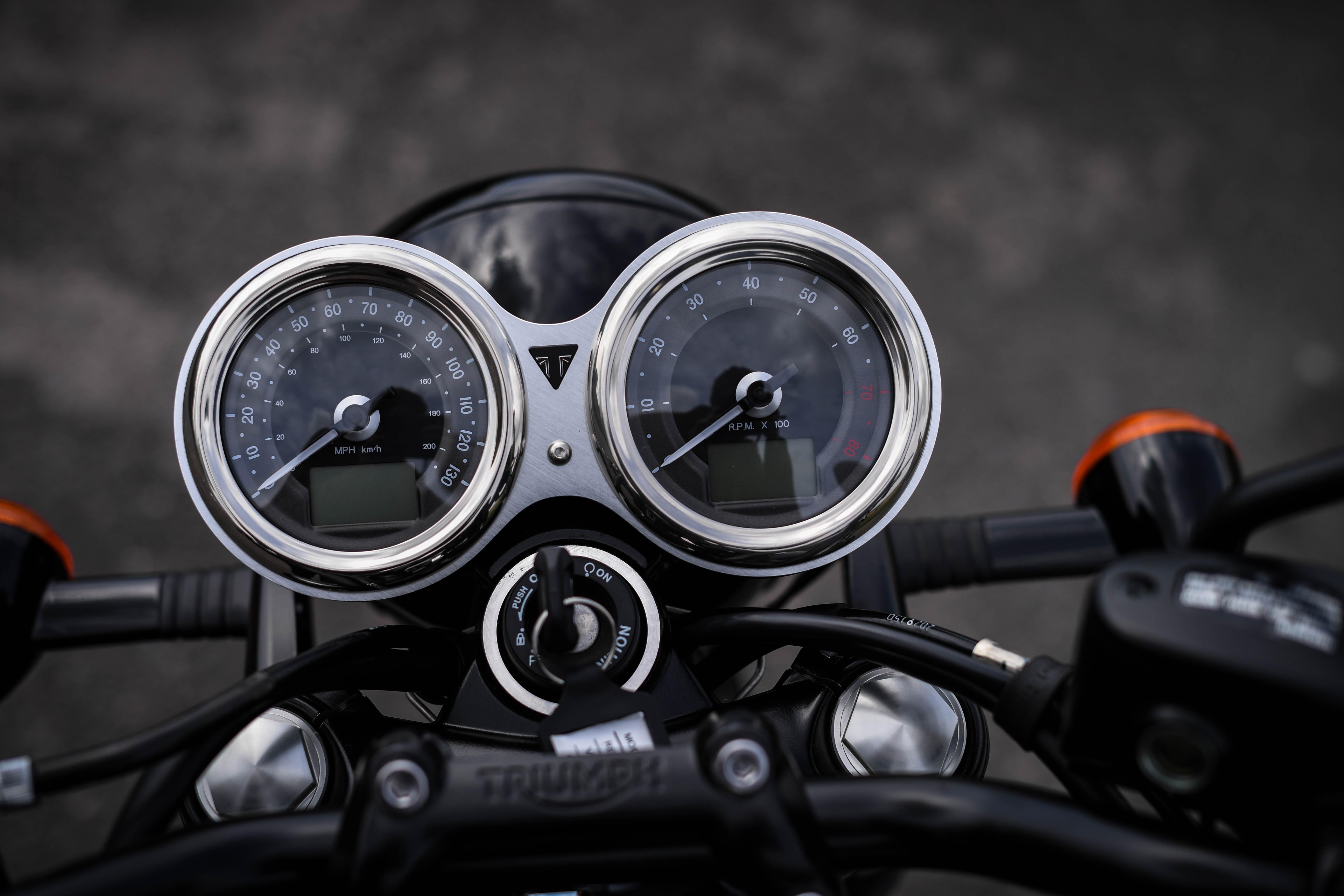 Triumph Bonneville T100 Black Flat-Out