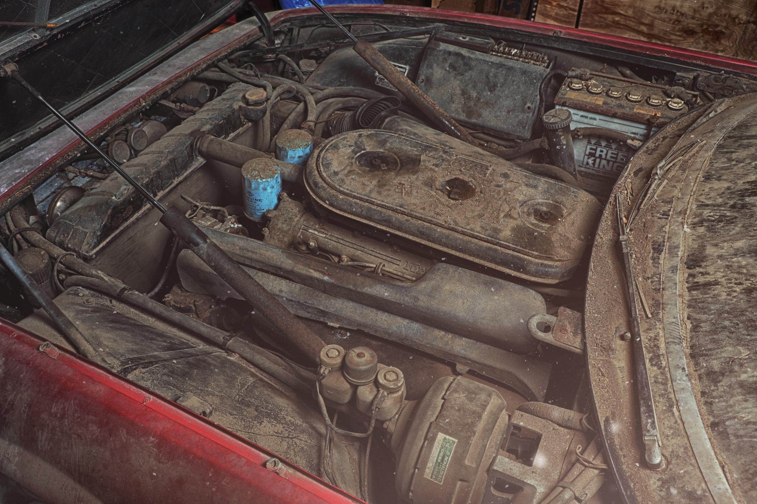 Ferrari 365 GTB/4 'Daytona' barn find engine